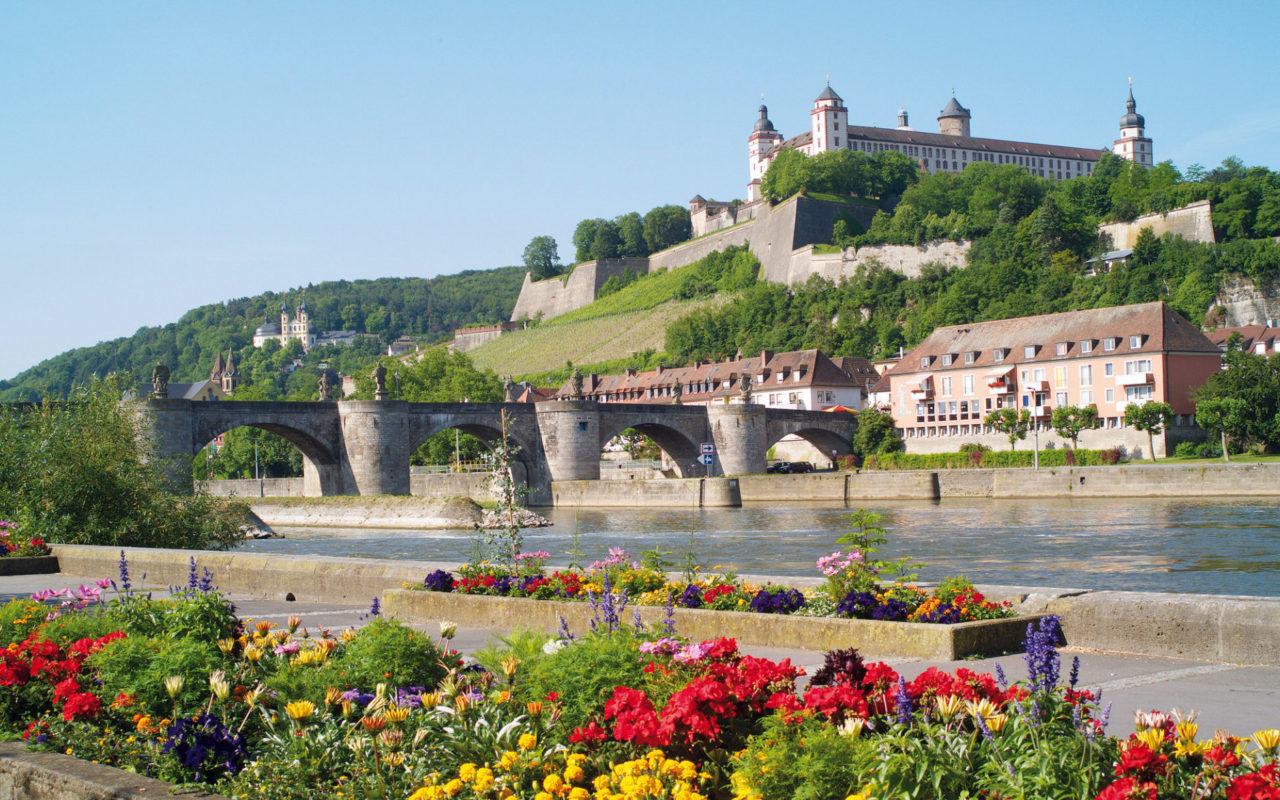 Mainkai mit Blick auf Festung Marienberg